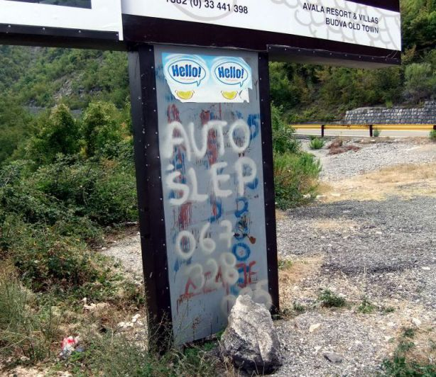 Sign with graffiti 'auto slep' painted on it