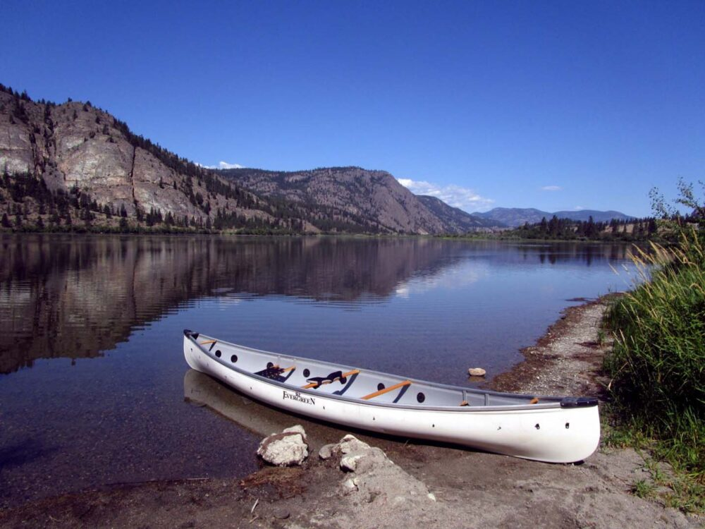 Canoe resting on shore at Vaseux Lake