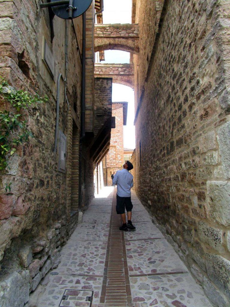 narrow streets cortona tuscany