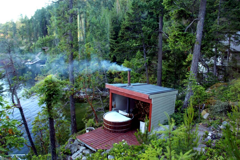 Oceanside hot tub near Sechelt - Romantic Getaways in BC