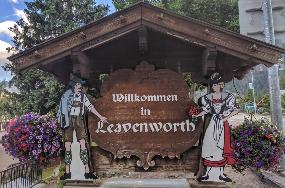 welcome to leavenworth sign with figures in traditional Germanic dress