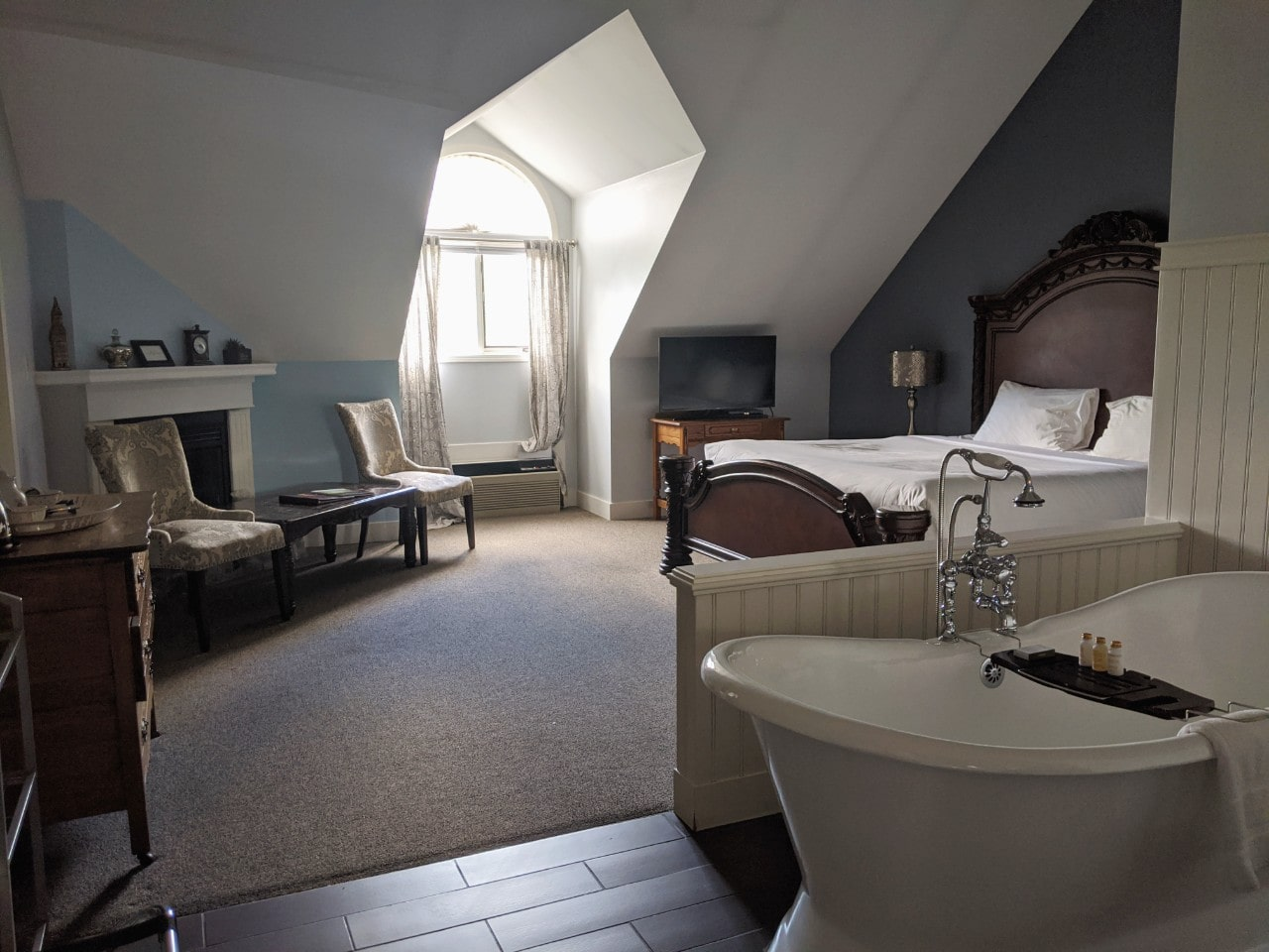 Georgetown Inn room with large king size bed, clawfoot bathtub and fireplace