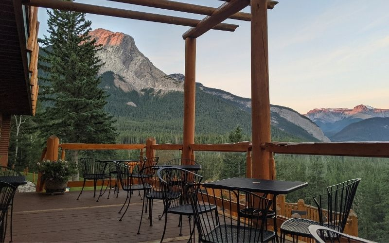 Overlander Mountain Lodge: Serenity at the Edge of Jasper National Park